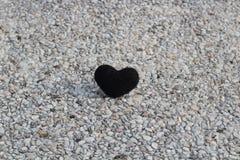在石头的黑心脏 免版税库存照片