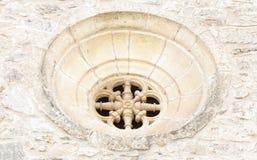 在石头雕刻的圆花窗 免版税库存照片