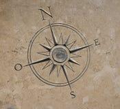 在石头雕刻的指南针 库存图片