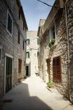 在石头,克罗地亚的狭窄的老街道 免版税库存照片