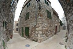 在石头,克罗地亚的狭窄的老街道 库存照片