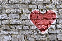 在石brickwall绘的心脏形状 免版税库存图片