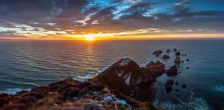 在矿块点, Catlins,新西兰的日出 免版税库存图片