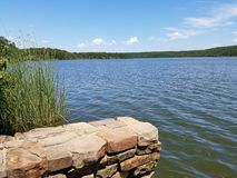 在矿物维尔斯国家公园-得克萨斯的美好的湖视图 免版税库存图片