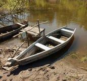 在码头停泊的一条木平底船小船 免版税图库摄影