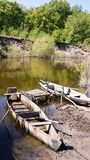 在码头停泊的一条木平底船小船 库存图片