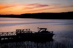 在码头和小船, Masuria,波兰的日落 免版税库存照片
