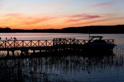 在码头和小船, Masuria,波兰的日落 免版税库存图片