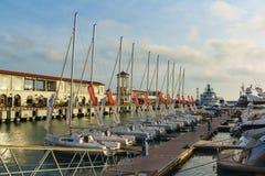 在码头的一定数量美丽的白色游艇在索契海口  100f 2 8 28 301 ai照相机夜间f影片fujichrome nikon s夏天velvia 库存照片