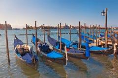 在码头的六艘小船长平底船在大运河,威尼斯,意大利 免版税库存图片