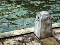 在码头的具体岗位有链子的 免版税库存图片