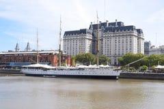 在码头的古老中世纪船在河 库存照片