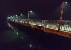 在码头的夜下毛毛雨的雨在保加利亚波摩莱 免版税库存照片