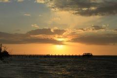 在码头的平安的日落 库存照片