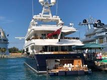 在码头的新的昂贵的小船 免版税库存图片