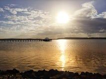 在码头的日落在希尔顿黑德岛的海湾 免版税库存照片