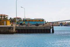 在码头的游览车 库存图片