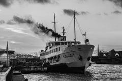 在码头的游轮相接在博斯普鲁斯海峡在伊斯坦布尔 库存照片