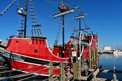 在码头的红色海盗巡航在克利尔沃特海滩的60个区域 库存照片