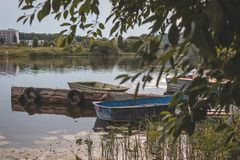 在码头的老小船 库存照片