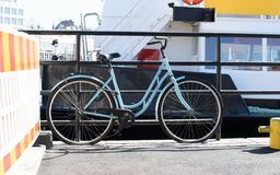 在码头的蓝色自行车 库存图片