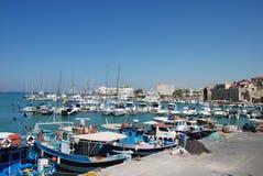 在码头的街道有游艇的在度假圣地伊拉克利翁,克利特 免版税库存照片