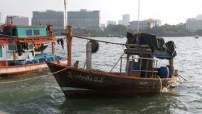 在码头的许多不同的老木渔船 泰国 聚会所 芭达亚 影视素材