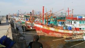 在码头的许多不同的老木渔船 泰国 聚会所 芭达亚 股票视频