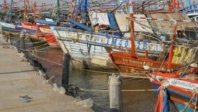 在码头的许多不同的老木渔船 泰国 聚会所 芭达亚 股票录像