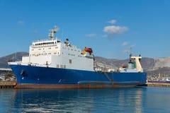 在码头的轮渡 免版税库存图片