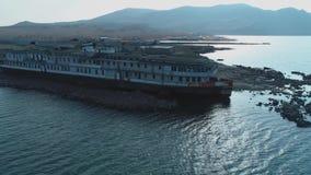 在码头的Od白色和黑大船身分在反对山小山和天空蔚蓝的海水附近 ?? 影视素材