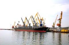 在码头端口船附近 免版税图库摄影
