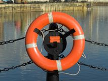 在码头边的救生带 免版税库存图片