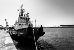 在码头附近的拖轮在Bourgas海口  免版税库存图片