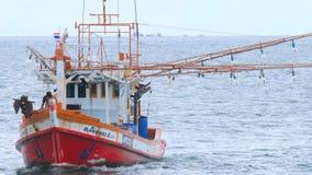 在码头附近的渔船拖网渔船 股票录像