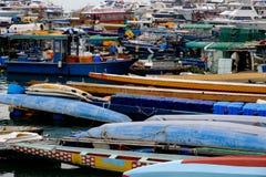 在码头附近的许多小船在海口背景中 免版税图库摄影