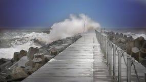 在码头的波浪 免版税图库摄影