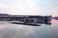 在码头@日落的小船 免版税库存照片