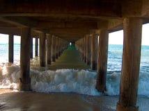 在码头下的波浪 库存照片