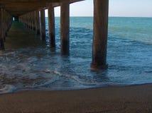 在码头下的波浪 库存图片