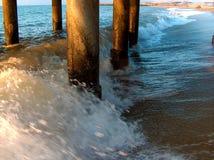 在码头下的波浪 免版税库存图片