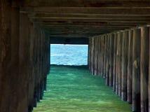 在码头下的海 免版税库存照片