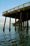 在码头下的水 免版税库存照片