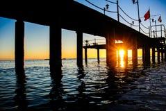 在码头之下的日出 免版税图库摄影