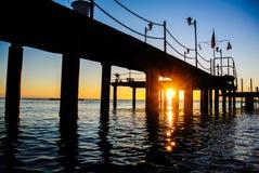 在码头之下的日出 库存图片