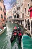 在码头二威尼斯附近的长平底船 库存图片