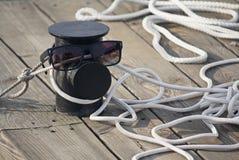 在码头和太阳镜的停泊绳索 免版税库存图片