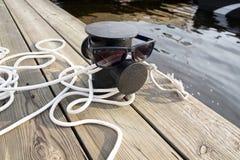 在码头和太阳镜的停泊绳索 库存照片