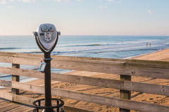 在码头和海滩的观光的双筒望远镜 免版税图库摄影