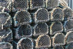 在码头堆积的虾笼在Padstow,康沃尔郡,英国U 免版税库存照片